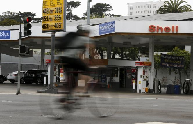 La compagnie pétrolière anglo-néerlandaise Shell annonce la suppression de6500emplois.