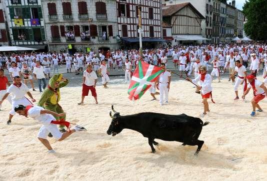 La traditionnelle course de vachettes dans les rues de la ville lors des Fêtes de Bayonne, le 30 juillet 2015.