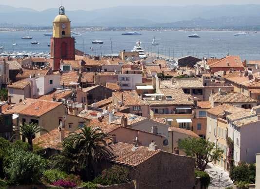 Vue sur Saint-Tropez, le port et le clocher de l'église jaune et ocre.