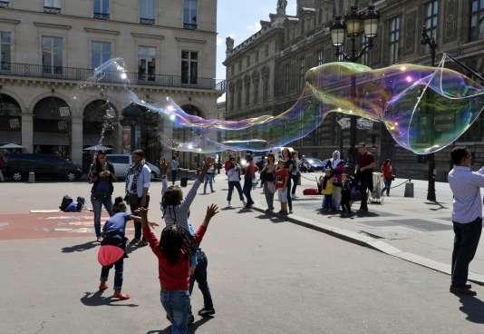 """Sur la """"Place du Palais Royal"""" à  Paris."""