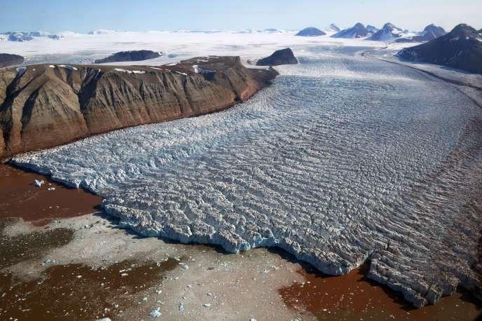 Le glacier Kronebreen, sur l'île norvégienne du Spitzberg, en juillet 2015.