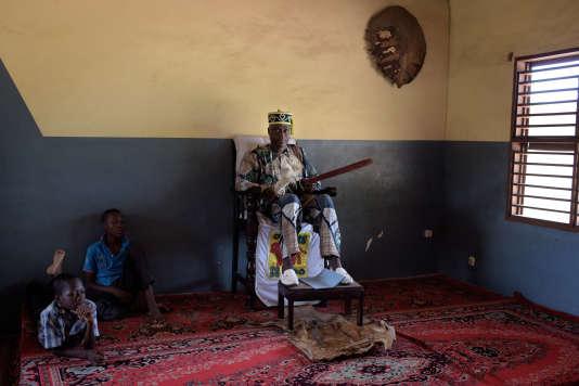 Le roi Egba Kotan II, souverain de Dassa, au Bénin, dans son palais, le 13 juin.