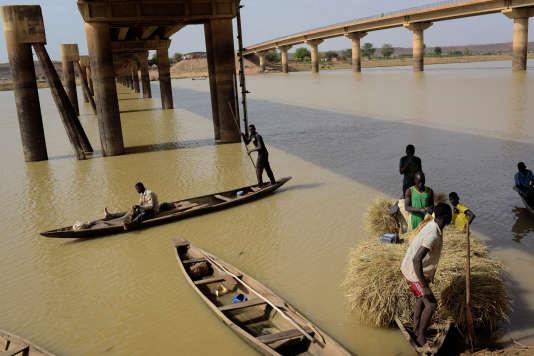 Au dessus du fleuve Niger, un pont relie Malanville, au Bénin, à Gaya, au Niger.