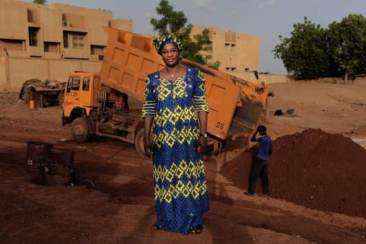 A Gaya, le 16 juin, Alizéta Ouédraogo,  une femme d'affaires burkinabe, a remporté l'appel d'offres pour la construction de 74 km de route qui partent de la frontière, traversent Gaya et s'arrêtent à quelques dizaines de kilomètres de Dosso.  Les travaux, prévus pour quinze mois, durent depuis quatre ans.