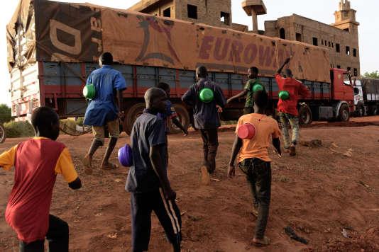A Gaya, le 16 juin. Des enfants des rues mendient quelques pièces pour le compte de marabouts qui les maltraitent.