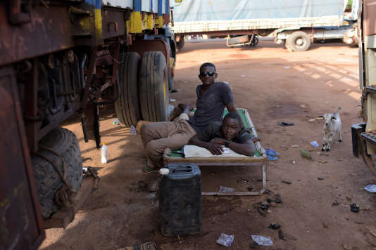 De jeunes conducteurs de camions,  à Parakou, au Bénin, le 14 juin.