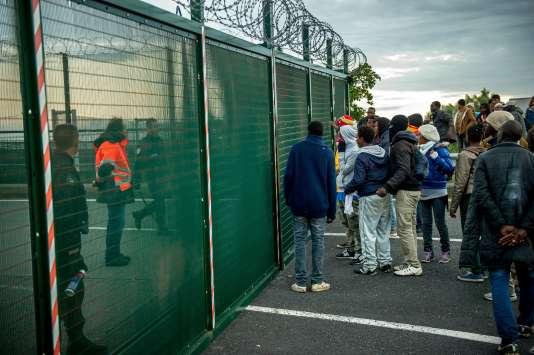 Des migrants devant la zone du tunnel, à Calais, jeudi 29 juillet.
