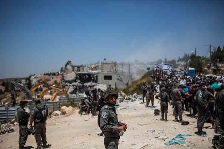 Pendant la destruction des bâtiments, sous les yeux des colons et des forces de l'ordre.
