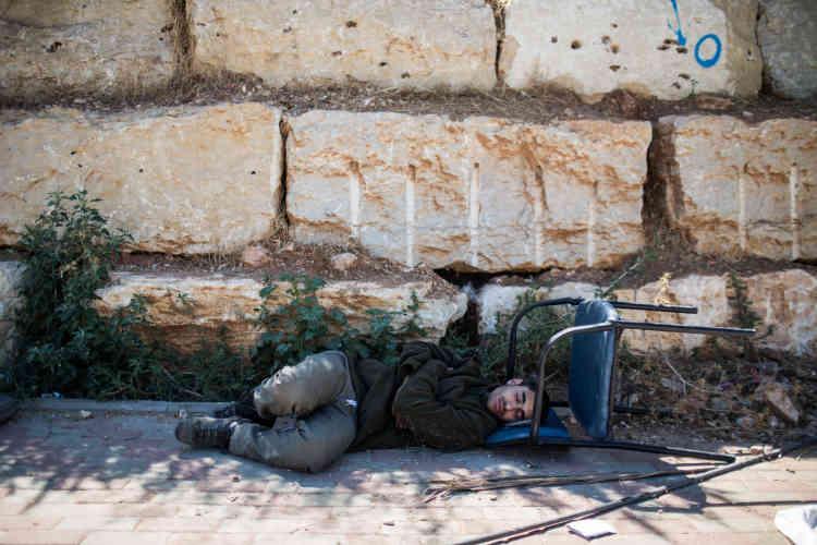Un colon dort près des bâtiments. Lundi 27 juillet, les forces de l'ordre israéliennes ont évacué de force les deux immeubles.