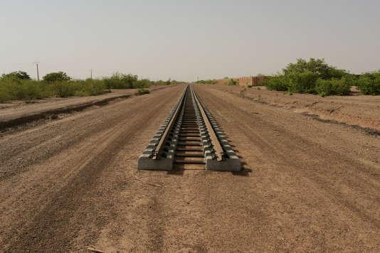 A Dosso, la ligne de chemin de fer en construction. La ville est stratégique car située à 250 km au sud de la capitale du Niger, Niamey, et proche des frontières du Bénin et du Nigéria.