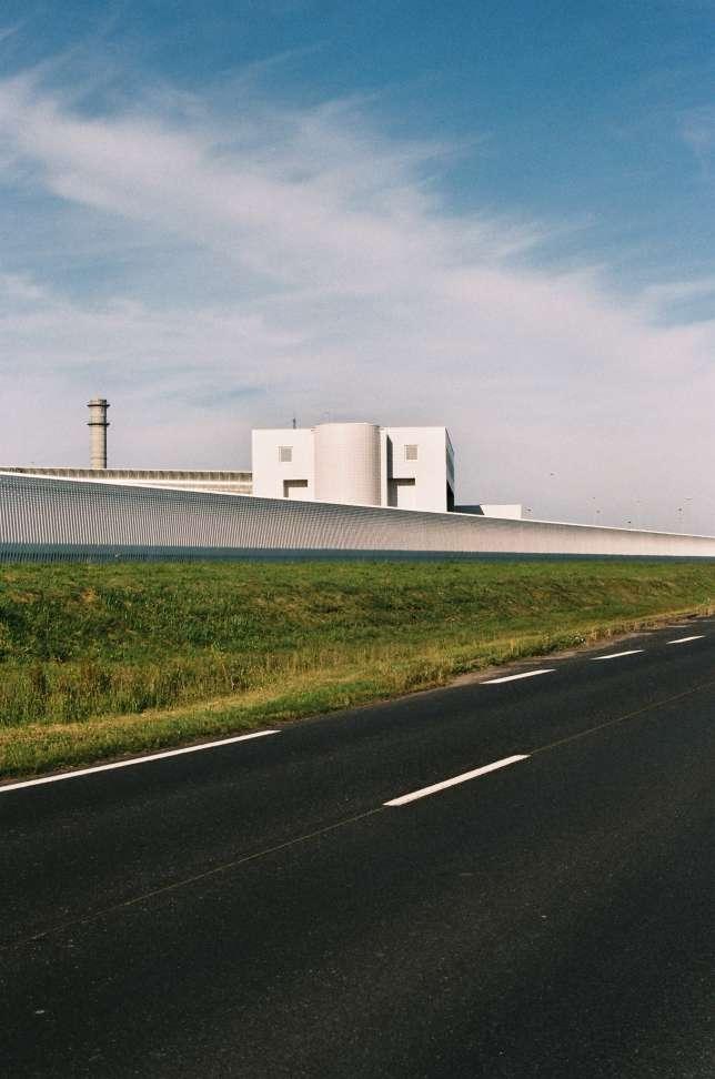L'usine Areva de retraitement des déchets nucléaires de La Hague. Mise en service en 1966, elle recycle 1 700 tonnes de combustibles usés par an, soit la production de 80 à 100 réacteurs.
