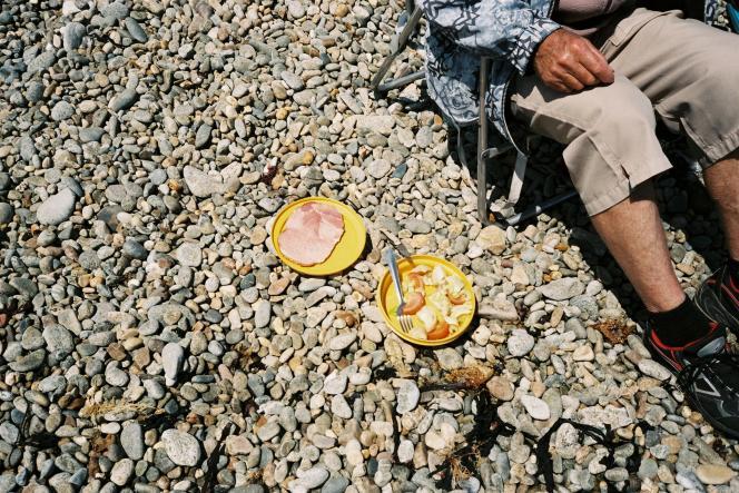 Pique-nique sur une plage de galets où le maillot de bain n'est pas encore de mise.