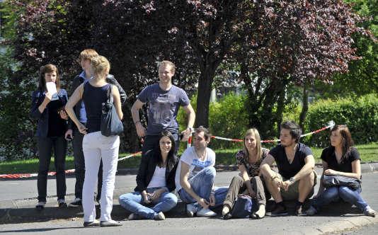 Des étudiants assis sur le Campus des Cézeaux de l'Université de Clermont-Ferrand, le 19 avril 2011 à Aubière.