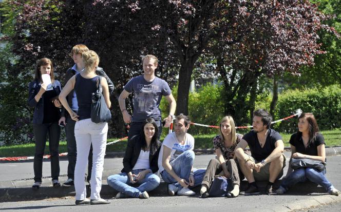 Des étudiants sur le campus des Cézeaux, de l'université de Clermont-Ferrand, le 19avril2011, à Aubière.