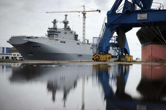 Le « Vladivostok », l'un des deux navires de la classe Mistral initialement prévus pour la Russie, à quai, à Saint-Nazaire, le 9 mai 2014.