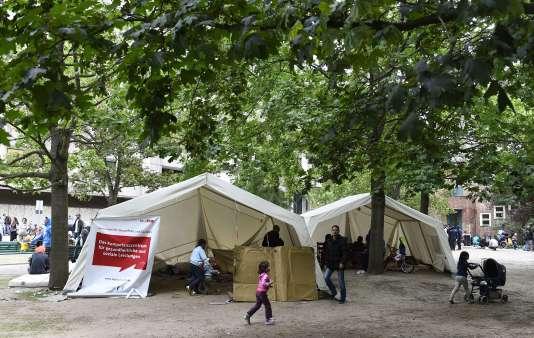 Dans le parc jouxtant la direction des affaires sanitaires et sociales de Berlin, le 31 juillet.