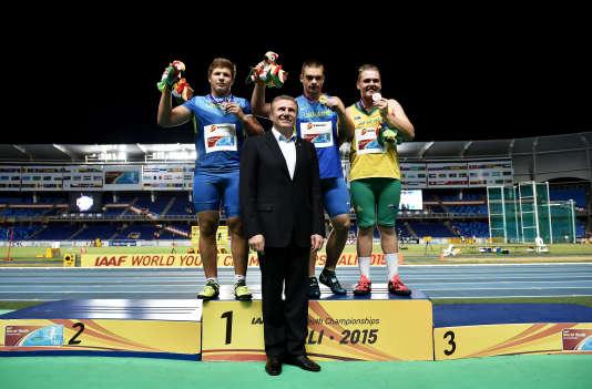 Bubka remet des médailles lors des championnats du monde de la jeunesse à Cali en Colombie le 17 juillet 2015.