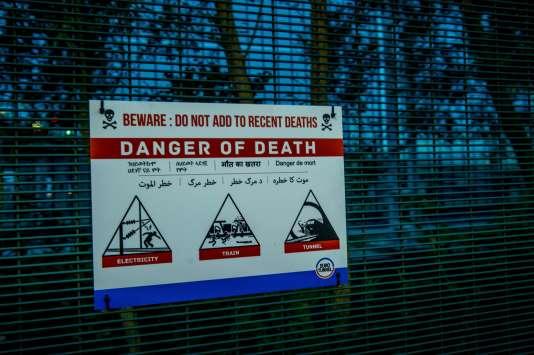 Panneau devant le site de l'Eurotunnel indiquant le danger de mort.