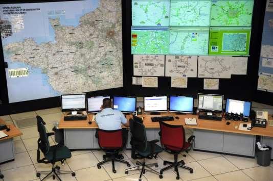 Un gendarme est installé à son poste de travail, le 22 novembre 2011 à Saint-Grégoire, dans la salle opérationnelle du Centre régional d'information et de coordination routières (CRICR) de l'Ouest.