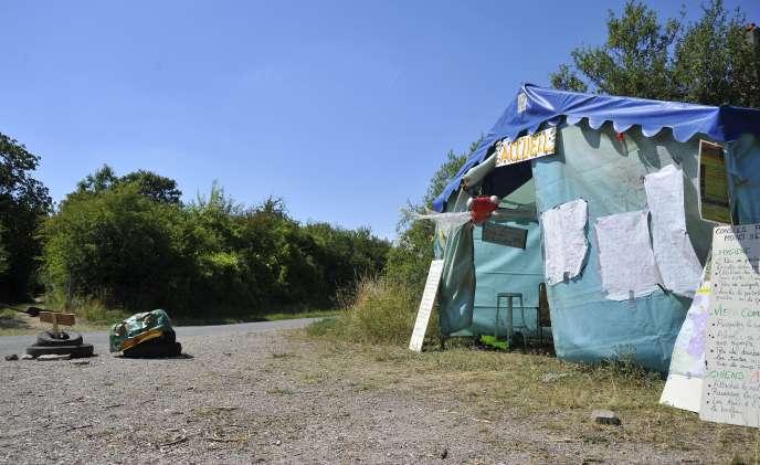 La tente abritant l'accueil  du campement de Bure, le 1er août.