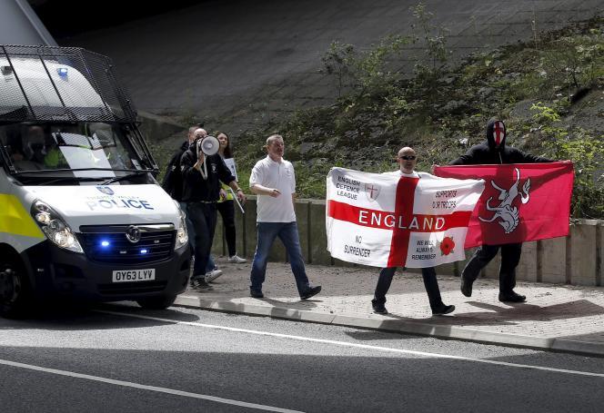 Face aux manifestants venus soutenir les migrants à Folkestone, une trentaine de membres issus du parti d'extrême droite la Ligue de défense anglaise (English Defense League, EDL) ont lancé une contre-manifestation.