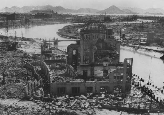 Photo prise en septembre 1945 des ruines du bâtiment de l'industrie à Hiroshima après l'explosion de la bombe atomique larguée par l'armée américaine durant la seconde guerre mondiale. Le bâtiment est devenu depuis un monument souvenir.