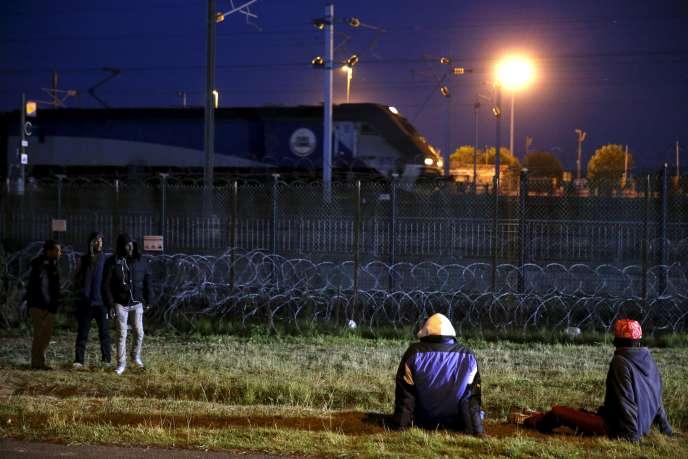 Des migrants près du site d'Eurotunnel, à Calais, le 2 août.