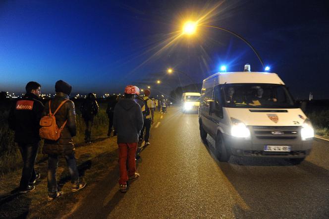 Une camionnette de CRS patrouille à Calais, le 2 août.