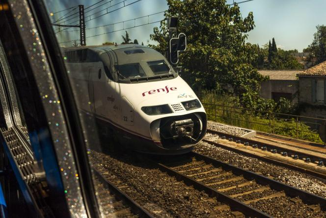 Un train espagnol vu depuis la fenêtre d'un TGV français près de Perpignan, le 2 août.