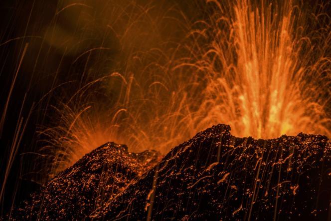 De la lave en fusion s'échappe du Piton de la Fournaise, l'un des volcans les plus actifs du monde, sur cette photo prise le 31 juillet 2015 sur l'île française de la Réunion, dans l'océan Indien.