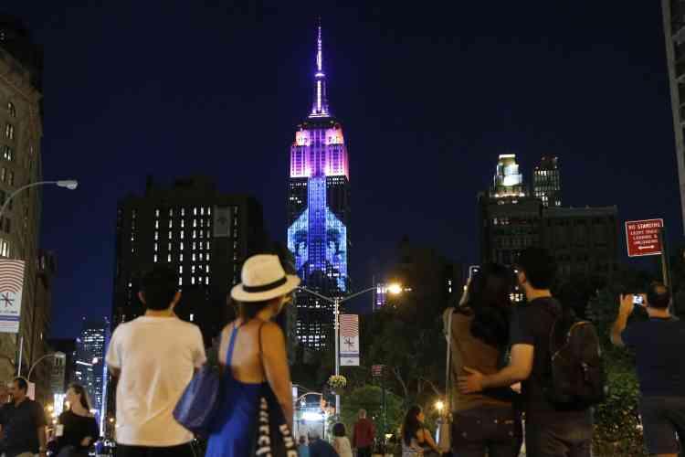 La projection sur la facade sud du célèbre gratte-ciel faisait 114 mètres de haut pour 56 de large, couvrant 33 étages, et était visible jusqu'à 20 rues au sud.