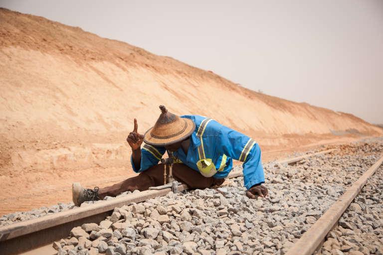 Chantier d'ajustement des rails entre Niamey et Dosso, au Niger, en juin 2015, mené par le groupe Bolloré. Un tronçon qui fait partie de la grande boucle ferroviaire Cotonou-Abidjan.