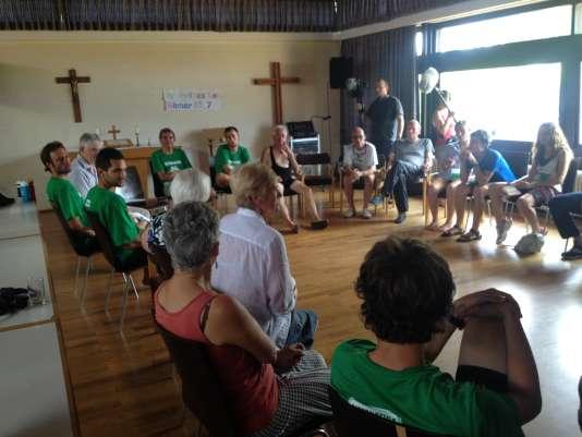 Les militants d'Alternatiba rencontrent des antinucléaires allemands dans la salle prêtée par le pasteur à Weisweill, le 22 juillet.