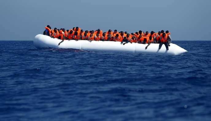Des migrants attendent d'être pris en charge par l'ONG MOAS (Migrant Offshore Aid Statio, lundi 3 août, au large des côtes libyennes.