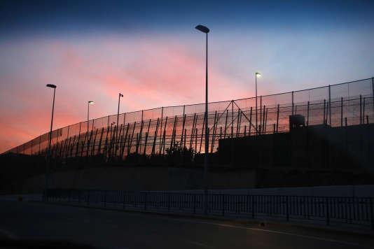 Un grillage marque la frontière entre le Maroc et l'enclave espagnole de Ceuta.