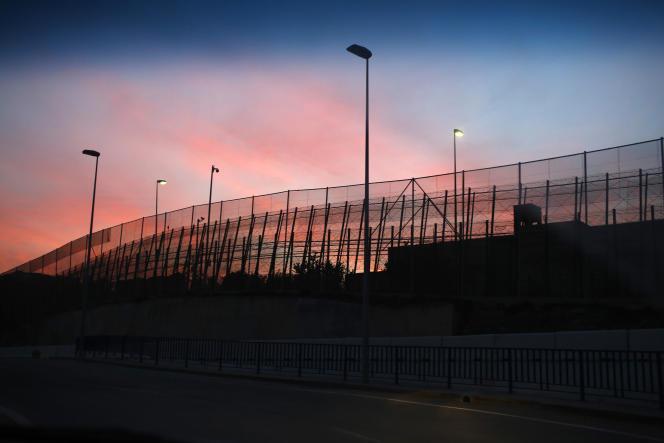 La frontière entre le Maroc et l'enclave espagnole de Ceuta, depuis la route, en décembre 2014.