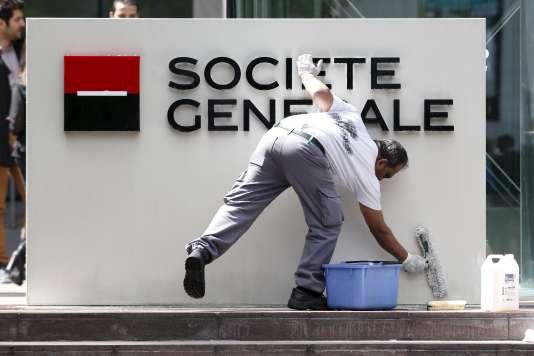 Selon la SocGen, la part de ses clients en banque de détail en France se rendant au moins une fois par mois dans une agence est ainsi passée de 57 % en 2007 à 42 % en 2015.