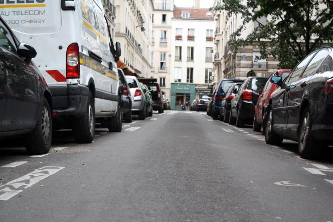 Des voitures stationnées dans une rue de Paris durant l'été 2012.