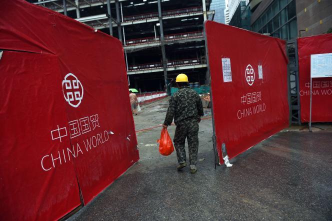 Un ouvrier arrive sur un chantier de construction à Pékin le 17 juillet 2015.
