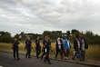 Des policiers français encadrant des migrants désireux de passer en Angleterre par le tunnel sous la Manche, en août 2015, près de Calais.