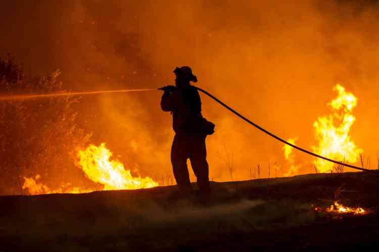 Dimanche, cet incendie, le plus important que connaît la Californie en cet été 2015, n'était circonscrit qu'à 5 %.