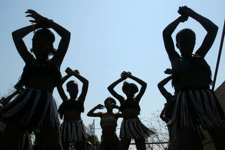 Des danseurs lors d'une cérémonie zulu au village Ubuntu, à Johannesburg.