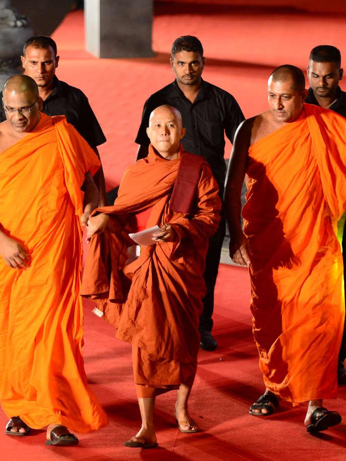 Le moine birman Wirathu (au centre) a été désigné comme «le visage de la terreur bouddhiste» à la «une» du magazine «Time», le 1erjuillet2013.