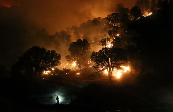 Un pompier près de Clearlake, en Californie, le 3 août 2015.