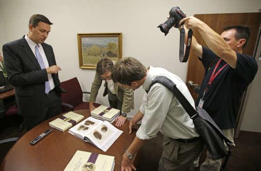 Le 4 août 2015, conférence de presse à Salt Lake City. L'église mormone rend publiques des images de la pierre striée qui aurait permis à  Joseph Smith de transcrire le livre fondateurs des mormons.