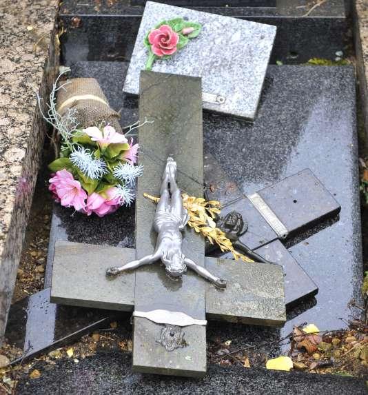 Une quarantaine de tombes ont été profanées le 3 août. Le procureur parle de motivations « gothiques ».