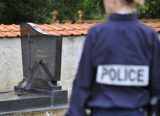 Les services de la protection judiciaire de la jeunesse devront désormais proposer une mesure de réparation, « par exemple le nettoyage de cimetières ».
