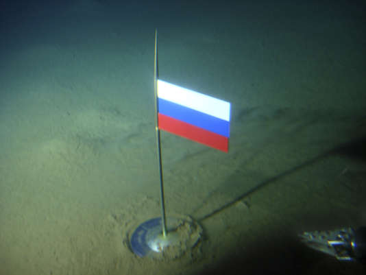 En août 2007, la Russie avait planté son drapeau en titane à 4 200 mètres de profondeur, sous le pôle Nord.
