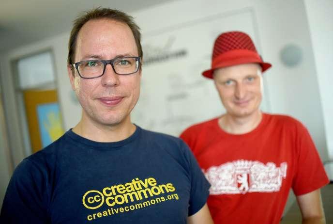 Le fondateur de Netzpolitik org, Markus Beckedahl (à gauche), et l'un des contributeurs du site, Andre Meister, le 4 août.