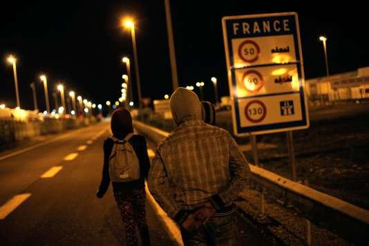 Des migrants aux abords du tunnel sous la Manche à Calais, le 29 juillet.